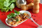 Селедка в томатном соусе с луком