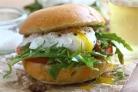 Гамбургеры со свининой, яйцами и помидором