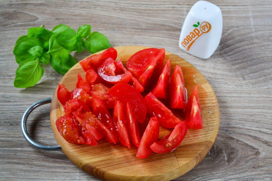 Салат из помидоров с базиликом и чесноком
