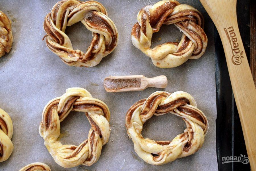 Крученые слоеные пончики перед выпечкой