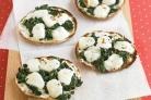 Мини-пиццы со шпинатом и сыром