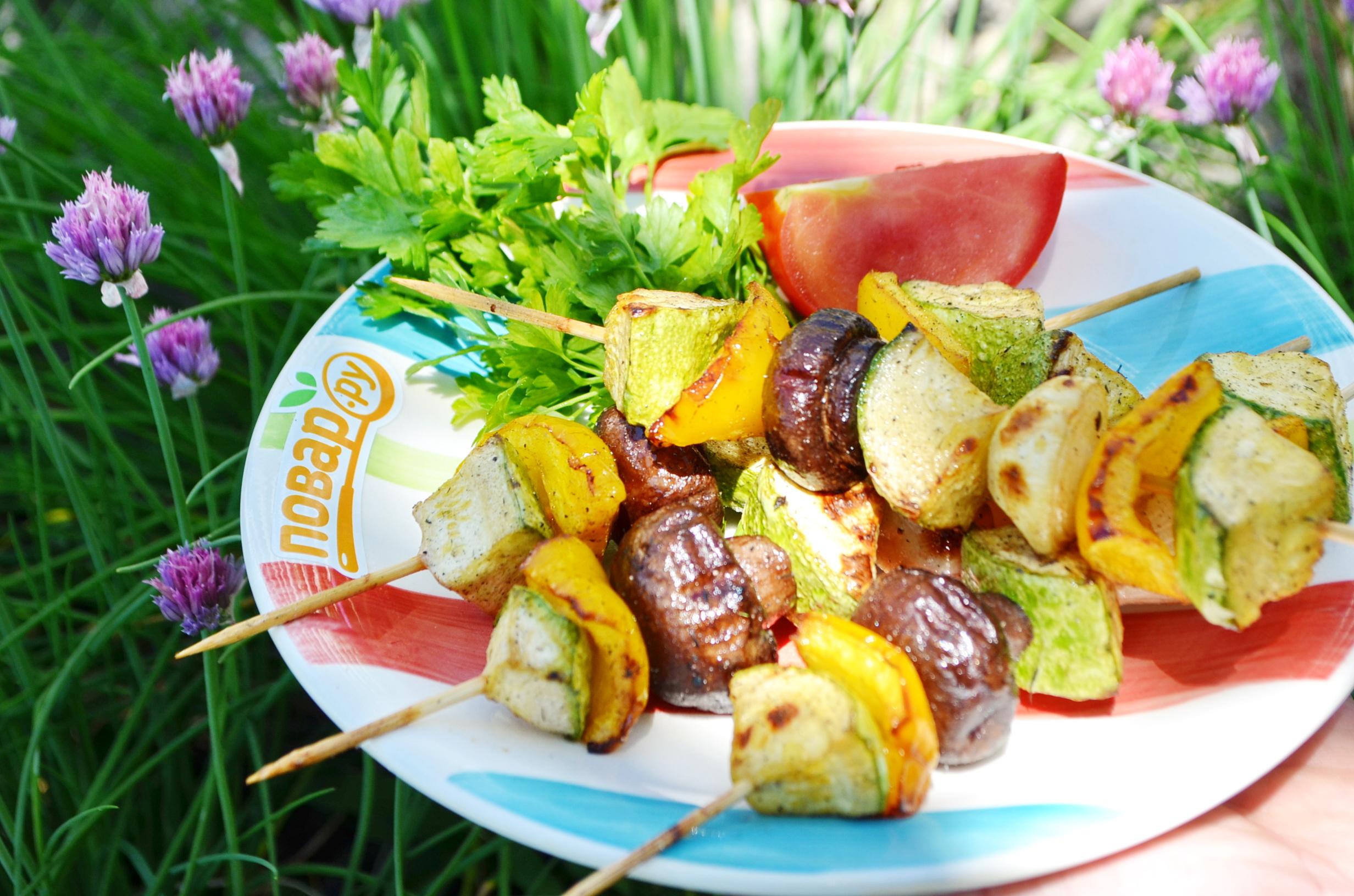 Запеченные овощи на гриле: кабачок (цукини), перец (паприка), шампиньоны (грибы)