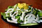 Зеленый салат с кальмаром