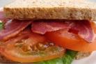 Сандвич с индейкой, листовым салатом и помидором