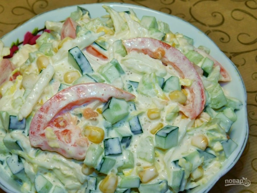 Салат с кукурузой, огурцами и помидорами
