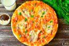 Пицца с колбасой и беконом