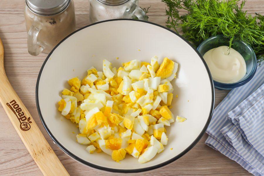 Салат с консервированной горбушей и яйцами