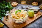Крабовый салат с рисом и яблоком