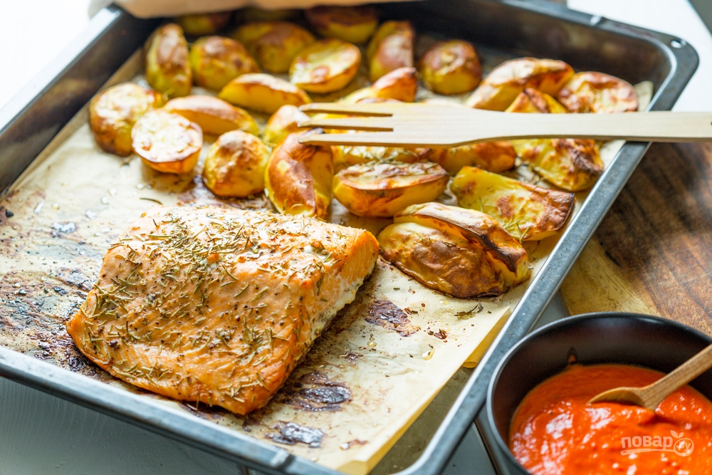 Красная рыба в духовке под соусом