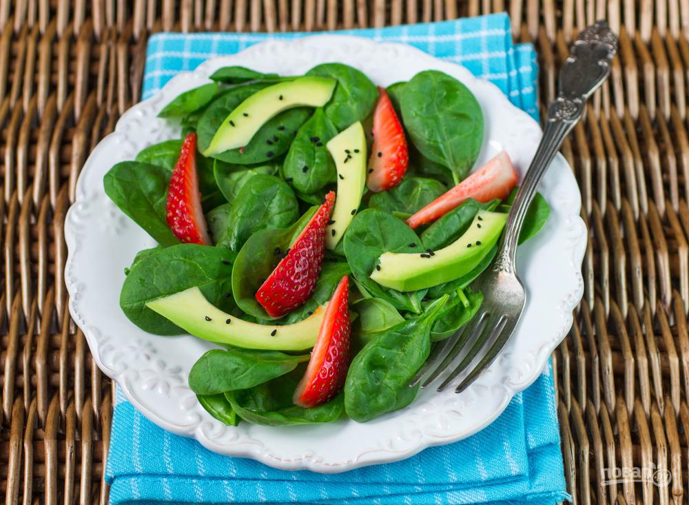 Салат с клубникой, шпинатом и авокадо