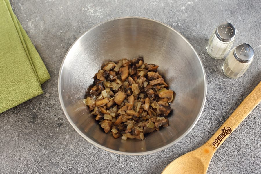 Салат с грибами и корнишонами