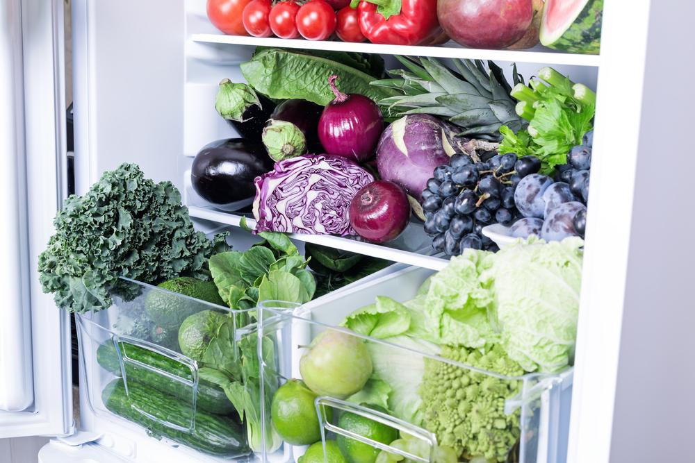 Холодильник с овощами и фруктами