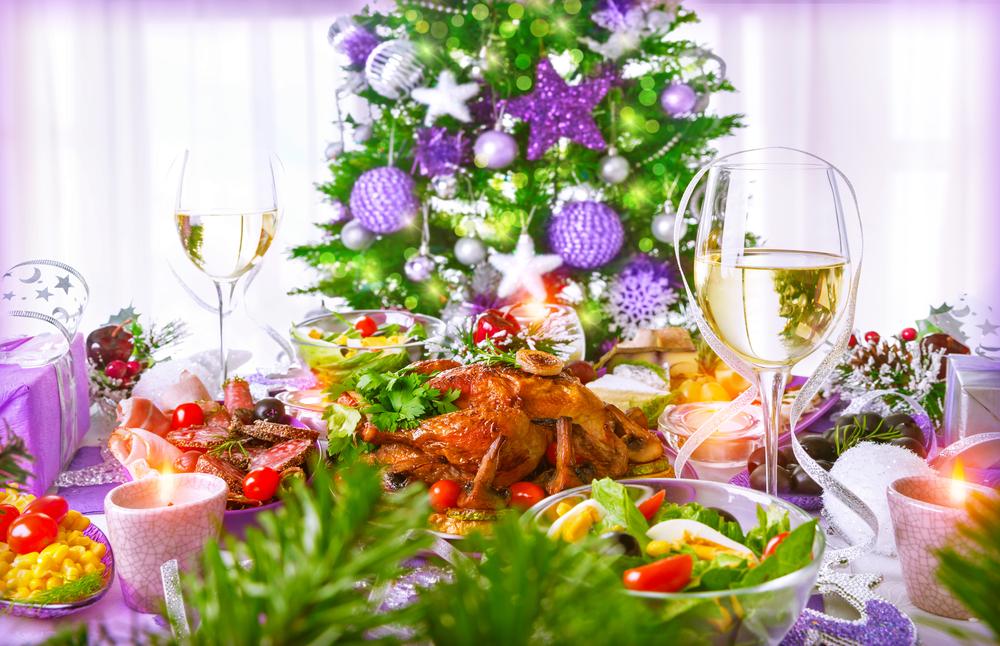 Новогодний стол с закусками и шампанским