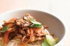 Салат с курицей и рисовой лапшой