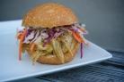 Сэндвичи со свининой, жареной в пиве с овощами