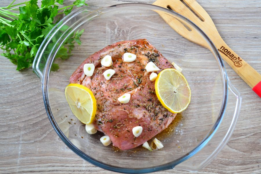 Запеченная свинина с розмарином и чесноком