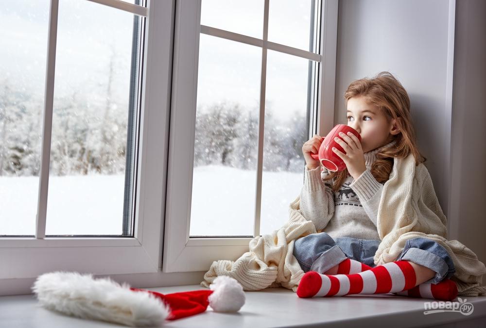 Девочка пьет согревающий чай