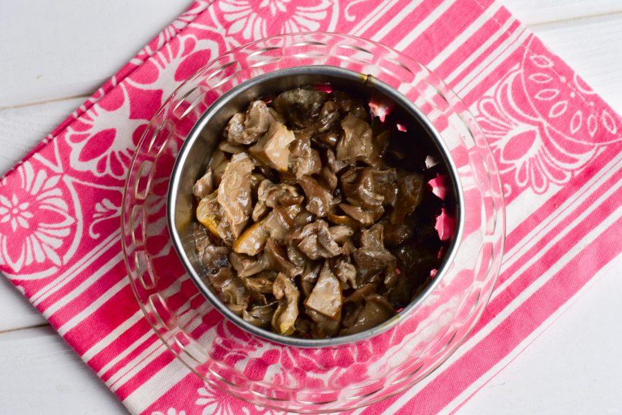 Слоеный салат с мясом и грибами
