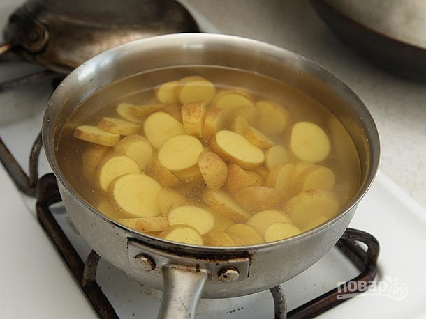 Картофельный салат с копченой рыбой