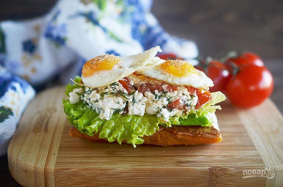 Брускетта с соленым творогом и яйцом