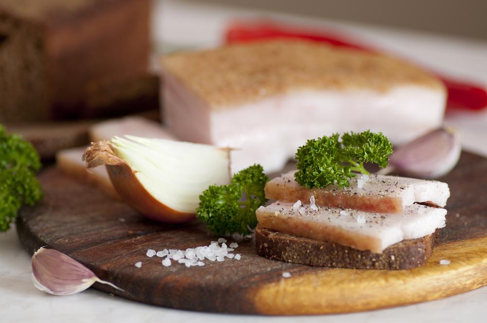 Нежное сало, приготовленное в рассоле на хлебе с солью ипетрушкой