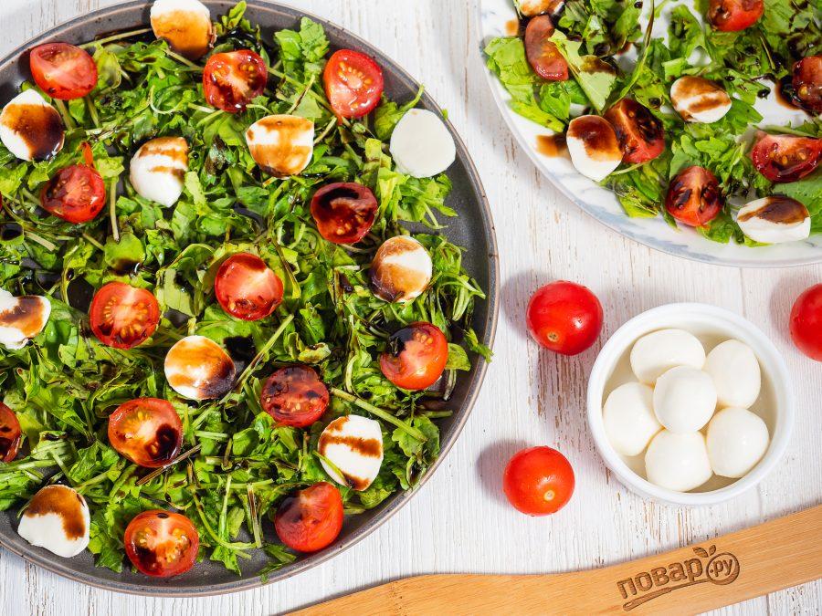 Салат из руколы, моцареллы и томатов