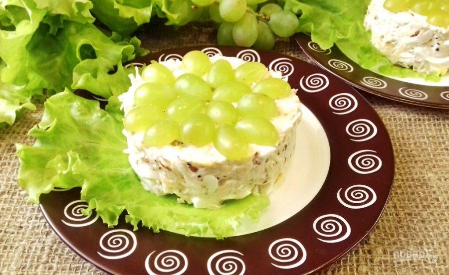 Салат с курицей, грецким орехом и виноградом