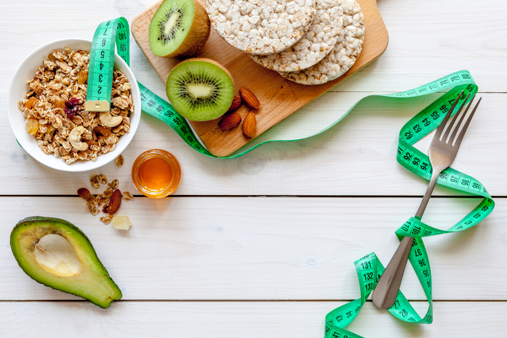 Диетические продукты: овсяные хлопья с сухофруктами и орезами, авокадо, киви, мед и хлебцы