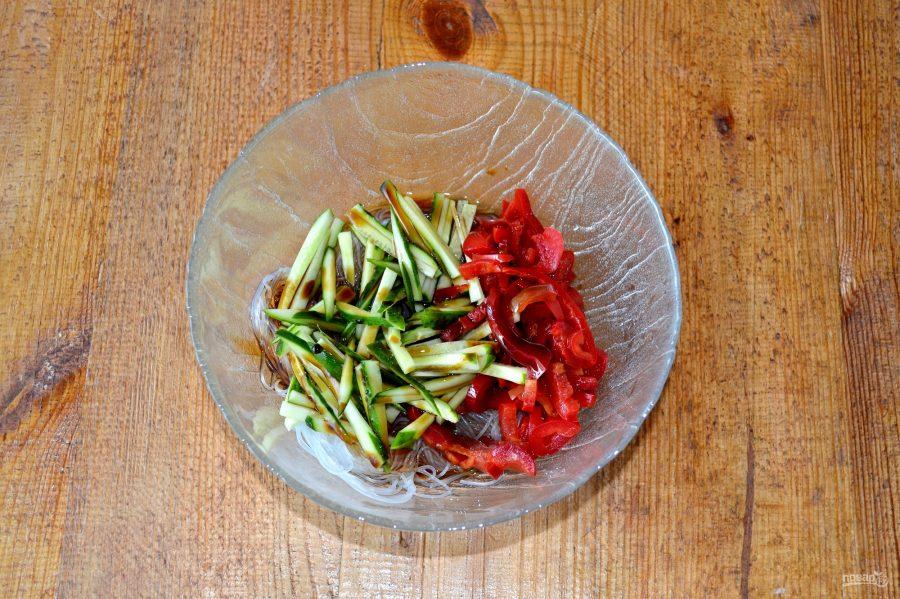 Салат с фунчозой, огурцом и перцем