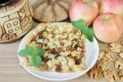 Слоеный пирог с яблоками, изюмом и орехами