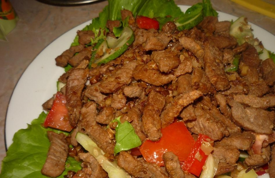 Салат из говядины с помидорами