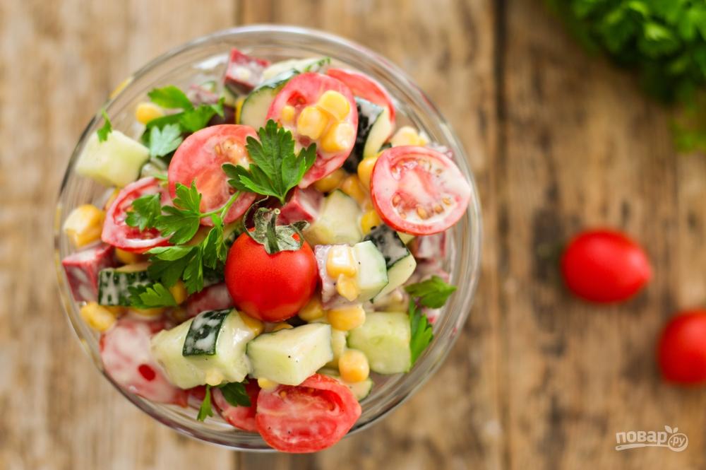 Свежий салат в стакане с ветчиной и кукурузой