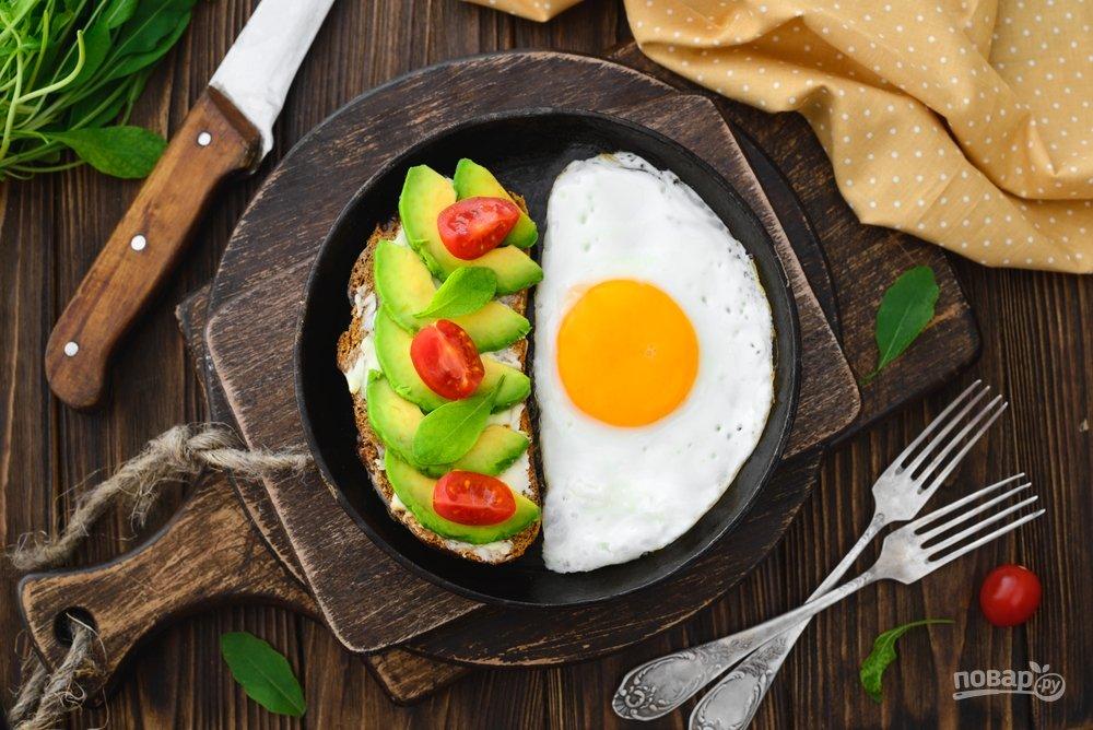 Яйцо и полезный бутерброд с авокадо