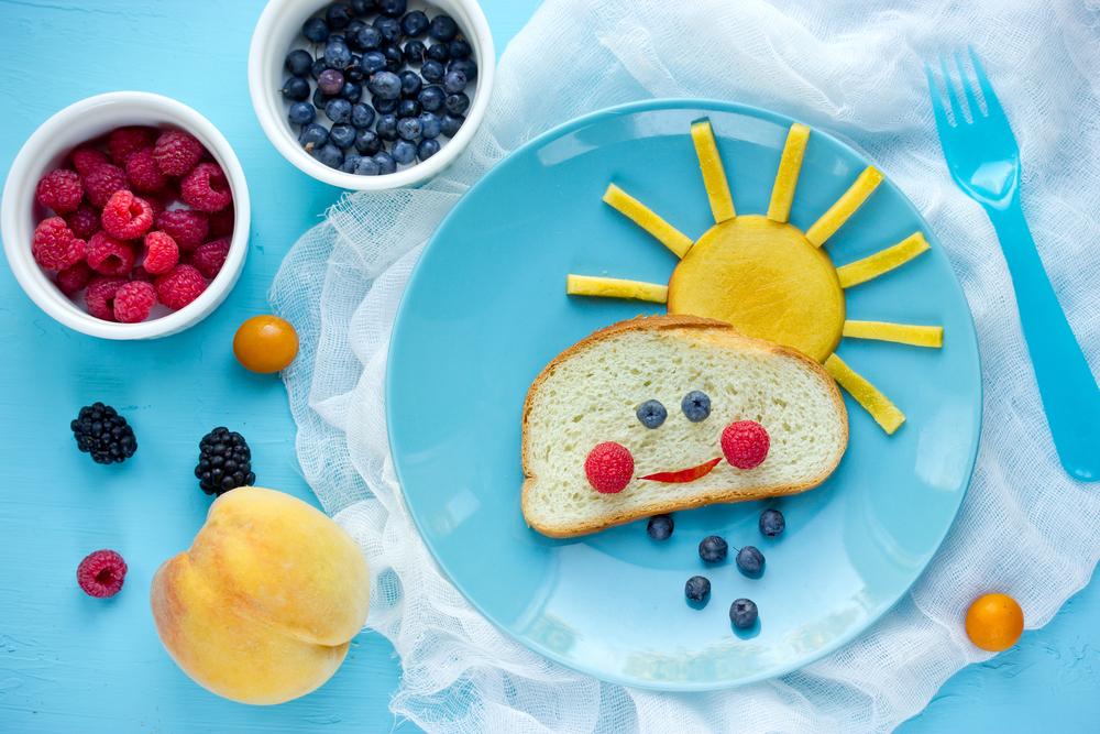 Детский бутерброд в форме солнышка и тучки