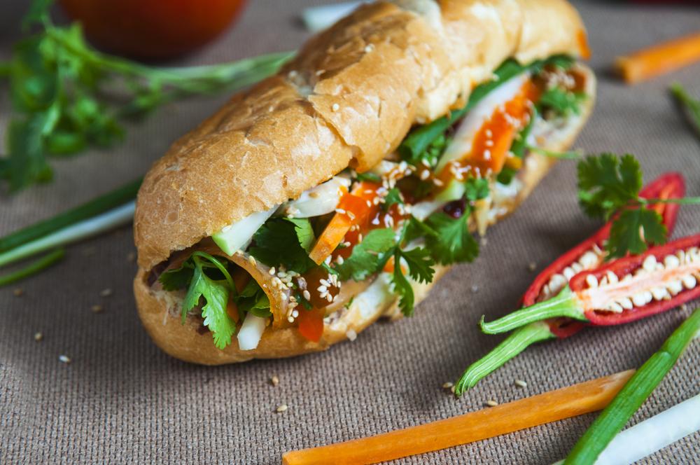 Сэндвич из Вьетнама с редькой дайкон и острым соусом