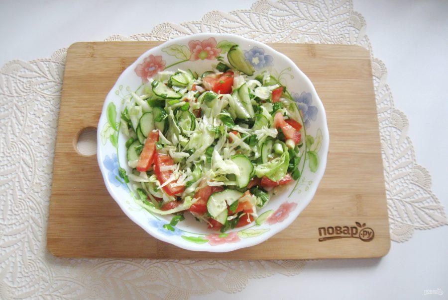 Овощной салат с капустой, помидорами, огурцами и зеленью