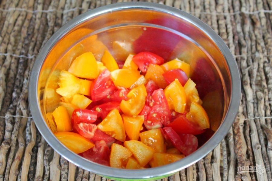 Салат из печеных баклажан с помидорами и чесноком