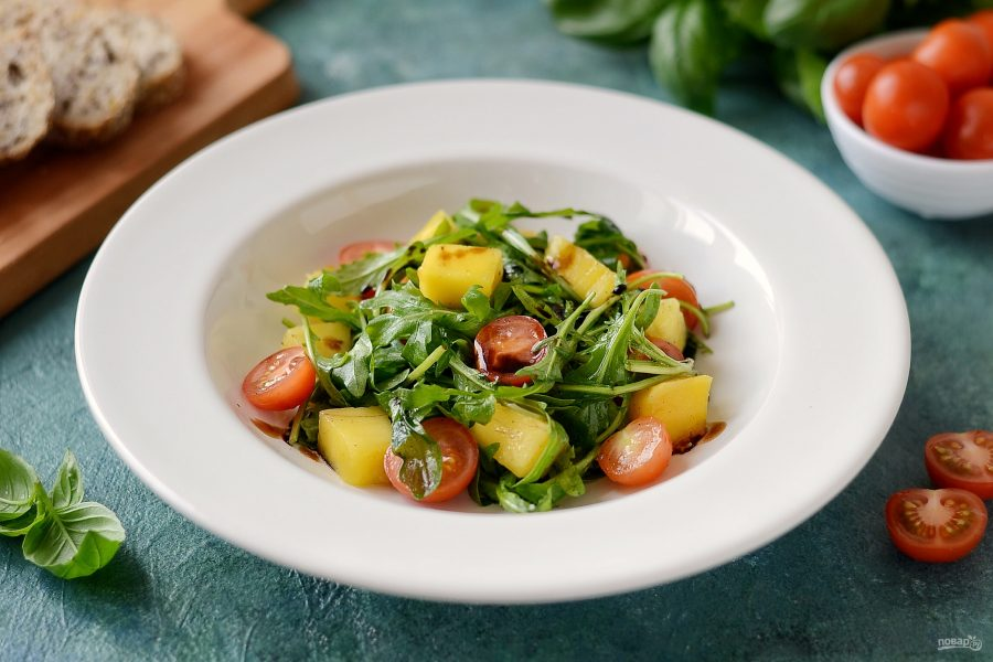 Салат с манго и рукколой