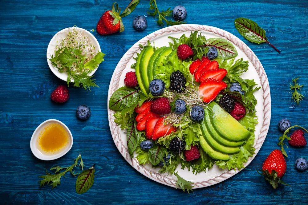 Салат с авокадо и ягодами