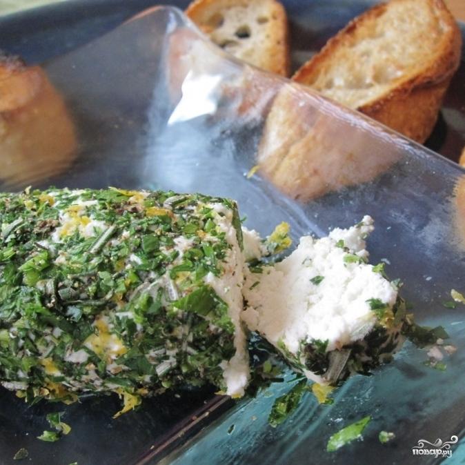 Брускетта с зеленью и козьим сыром