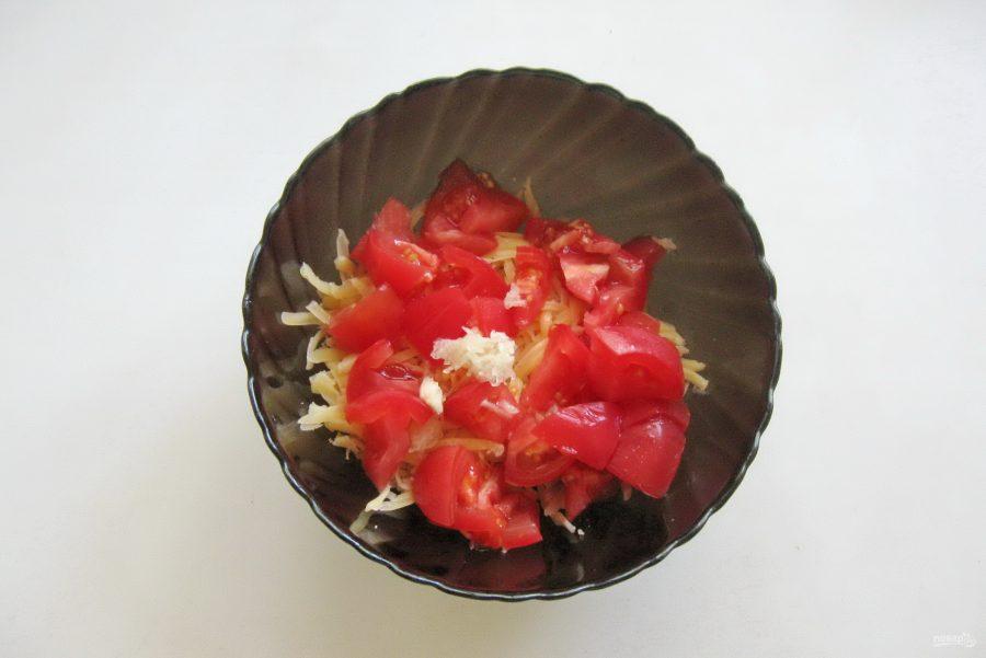 Салат с индейкой, помидором и сыром