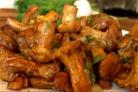 Жареные грибы лисички с чесноком в сливочном масле