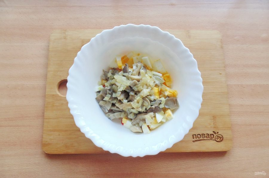 Салат с вешенками и крабовыми палочками